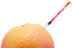 Jeringuilla y naranja. Fotografía de archivo libre de regalías