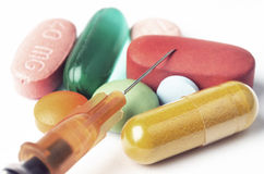 Jeringuilla y píldoras Imagen de archivo