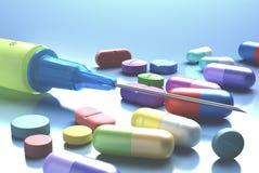 Jeringuilla y píldoras Foto de archivo