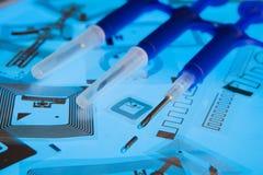 Jeringuillas de la implantación del RFID y etiquetas del RFID Fotos de archivo libres de regalías