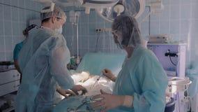 Jeringuillas de relleno del agua del auxiliar médico para que cirujanos los utilicen durante la operación almacen de video