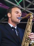 Jeroen camionete Genuchten joga o saxofone de conteúdo Foto de Stock