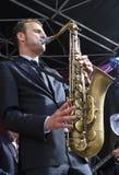 Jeroen van Genuchten joue le saxo de teneur Photo stock