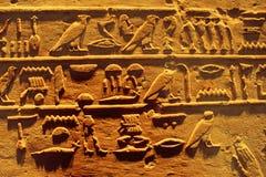 Jeroglíficos egipcios del templo de Karnak en Luxor Imagen de archivo