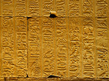 Jeroglíficos en el templo de Edfu Fotos de archivo