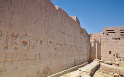 Jeroglíficos en las paredes del templo de Karnak Lyuksor Egipet Foto de archivo