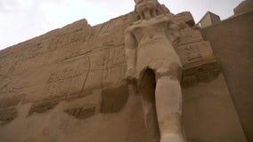 Jeroglíficos y estatua egipcios del templo de Karnak almacen de video