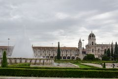 Jeronimos修道院的圣玛丽亚教会看法通过帝国正方形的,里斯本葡萄牙美丽的庭院 库存图片