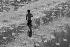 Jerozolima - bawić się chłopiec w fontannie misia pluszowego park Obrazy Royalty Free