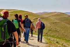 Jerozolima - 10 04 2017: Grupa ludzi trekking w mountais Fotografia Stock