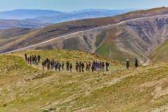 Jerozolima - 10 04 2017: Grupa ludzi trekking w mountais Zdjęcia Royalty Free