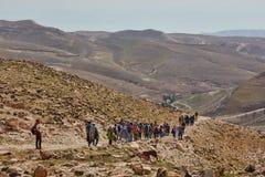 Jerozolima - 10 04 2017: Grupa ludzi trekking w mountais Obrazy Stock