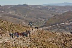 Jerozolima - 10 04 2017: Grupa ludzi trekking w mountais Zdjęcia Stock