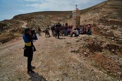 Jerozolima - 10 04 2017: Grupa ludzi trekking w mountais Zdjęcie Royalty Free