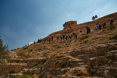 Jerozolima - 10 04 2017: Grupa ludzi trekking w mountais Obraz Stock
