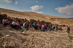 Jerozolima - 10 04 2017: Grupa ludzi trekking w mountais Zdjęcie Stock