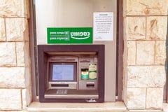JEROZOLIMA IZRAEL, LUTY, - 19, 2013: ATM na miasto ulicie obraz stock
