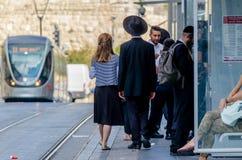 Jerozolima, Izrael Sierpień 17, 2016: Żydowski Ortodoksalny mężczyzna i kobieta czekać na pociąg w Jerozolima, Izrael obrazy stock