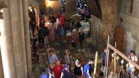 JEROZOLIMA, IZRAEL, Sierpień 25 2018: Ludzie zbliżają kościół Święty Sepulchre w Jerozolima Ten miejsce golgotę, dokąd Jezus był zdjęcie wideo