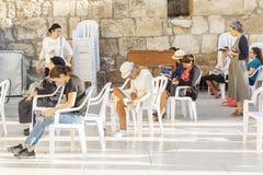 Jerozolima, Izrael 09/11/2016: Wierzący na kobietach bocznych wy ścianą zdjęcia royalty free