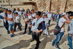 Jerozolima - 15 Listopad, 2016: Wiele ludzie uczestniczą Prętowego Mitzv zdjęcia royalty free