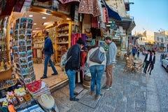 Jerozolima - 04 04 2017: Turysty spaceru synklina rynek w o Zdjęcie Royalty Free