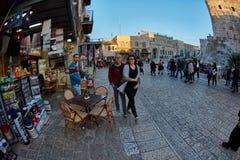 Jerozolima - 04 04 2017: Turysty spaceru synklina rynek w o Obrazy Stock