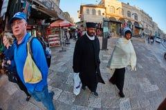 Jerozolima - 04 04 2017: Turysty spaceru synklina rynek w o Zdjęcie Stock