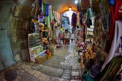 Jerozolima - 04 04 2017: Turysty spaceru synklina rynek w o Zdjęcia Stock