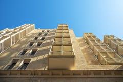 Jerozolimski Israel, balkony nowożytny budynek mieszkaniowy fotografujący od niskiego punktu widzenia zdjęcie royalty free