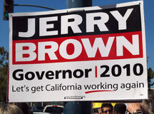 Jerry Brown para la muestra del gobernador en un poste ligero Fotografía de archivo
