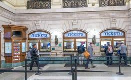 JERSEY CITY - 20 DE OUTUBRO DE 2015: Interior do statio do trem de Hoboken foto de stock royalty free