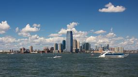 Jersey City horisont från hamn Royaltyfri Bild
