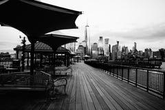 Jersey City NJ/USA - 01 01 2019: Hisnande sikt av New York City från J Owen Grundy Park som är ny - ärmlös tröja arkivfoto