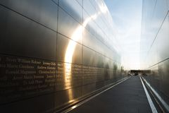 Jersey City NJ/USA - Juni 17th 2018 - 9/11 minnes- tom himmel i Jersey City under solig dag med solen rays royaltyfria foton