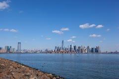 Jersey City och Manhattan från Liberty State Park Royaltyfri Foto