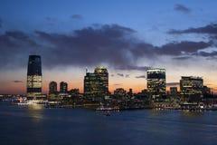 Jersey- Cityufer bei Sonnenuntergang Stockfotos