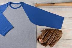 Jersey de béisbol con el guante y el palo Fotos de archivo libres de regalías
