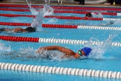 Jersey di stile libero di nuoto La concorrenza di nuoto immagini stock