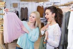 Jersey emozionante di acquisto della giovane donna Fotografia Stock