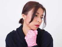 Jersey que lleva de la mujer bonita y guantes rosados Foto de archivo