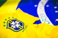 Jersey y bandera brasileños delante de la visión fotos de archivo