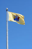 Jersey-Zustandmarkierungsfahne gegen blauen Himmel Stockfotos