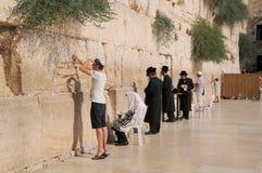 JERUSALÉM - 27 de julho: Os judeus rezam parede no 27 de julho de 2012 ocidental no Jerusalém, Israel Imagens de Stock