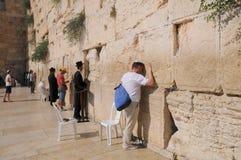 JERUSALÉM - 27 de julho: Os judeus rezam parede no 27 de julho de 2012 ocidental no Jerusalém, Israel Imagens de Stock Royalty Free