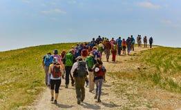 Jerusalém - 10 04 2017: Grupo de pessoas que trekking nos mountais Imagem de Stock Royalty Free