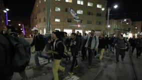 JERUSALÉM, ISRAEL - 11 DE FEVEREIRO DE 2015: Os estudantes israelitas andam através das ruas com as bandeiras com a estrela de Da filme