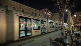 JERUSALÉM, ISRAEL - 10 DE FEVEREIRO DE 2015: Trem leve do bonde do trilho na estrada de Jaffa na rua da noite vídeos de arquivo