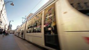 JERUSALÉM, ISRAEL - 10 DE FEVEREIRO DE 2015: Trem leve do bonde do trilho na estrada de Jaffa na rua do dia filme