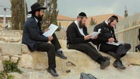 JERUSALÉM, ISRAEL - 10 DE FEVEREIRO DE 2015: Um grupo de judaico ortodoxo americano leu a oração nas ruínas no telhado de velho filme
